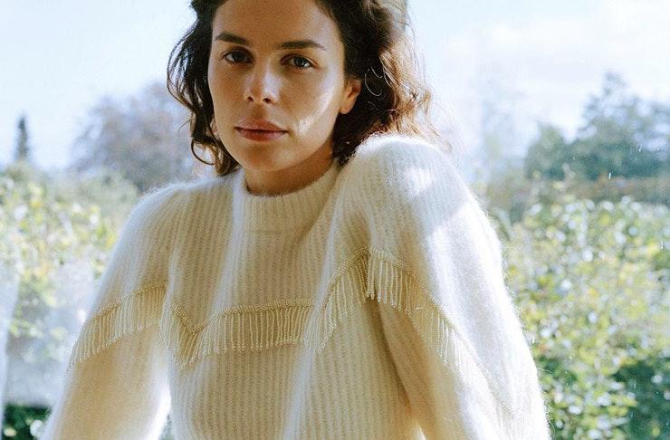 A women in a white wool jumper.